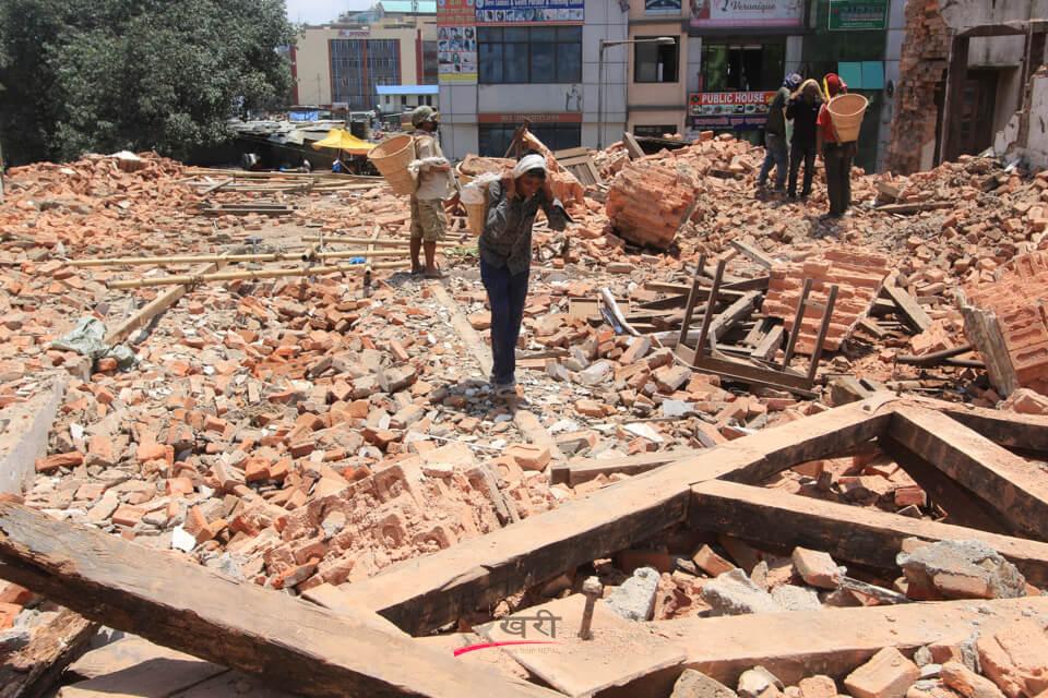 भूकम्पमा जोगिएका तर जोखिमपूर्ण विद्यालय भत्काइँदै