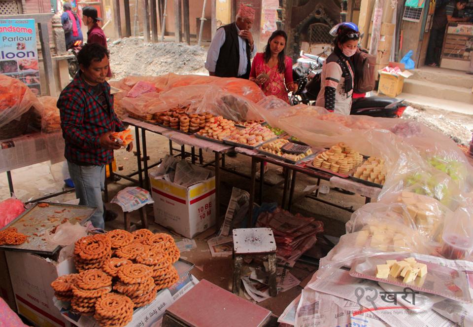 काठमाडौंको बाङ्गेमुढास्थित मातातीर्थ औंसीको लागि मिठाइका परिकार बेच्दै व्यापारी ।  तस्बिर : सरिता खड्का