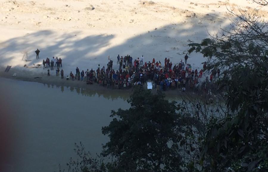 सलाङघाटमा खसेको सिचाई सचिव रामानन्द यादवको शव र गाडी पानीबाट निकाल्ने प्रयास गरिँदै । तस्बिर बाह्रखरी