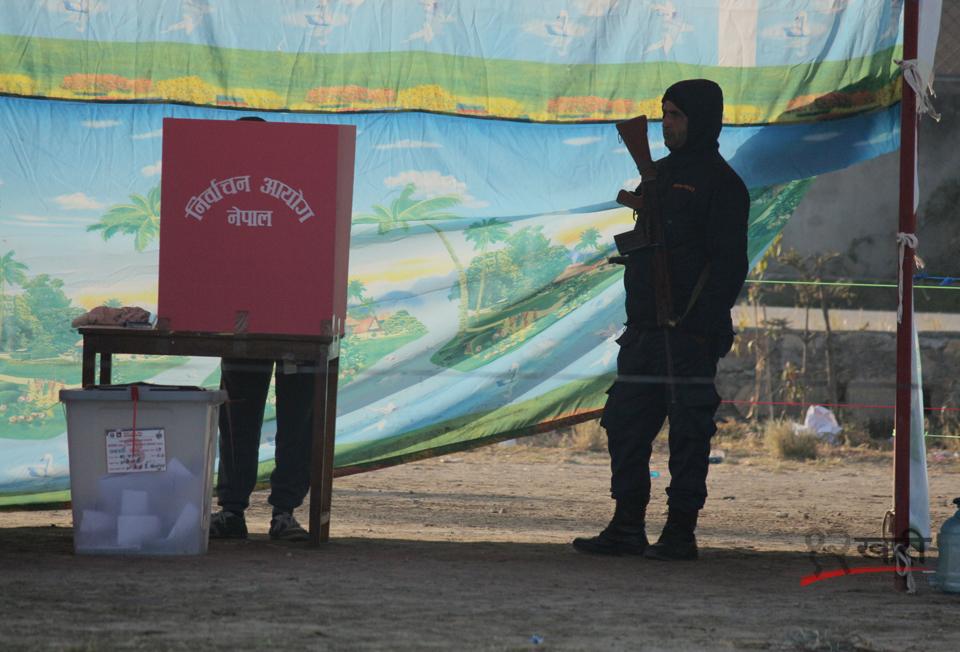मतदानस्थलमा ब्यालेट बक्स नजिकै सुरक्षामा खटिएका सेनिक । तस्बिर :  बाह्रखरी