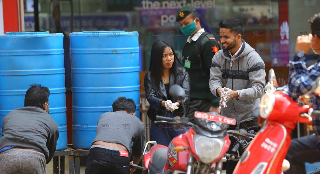 काठमाडौंको नयाँ सडकमा साबुन पानीले हात धुँदै बटुवा । तस्बिर :सुनील प्रधान/बाह्रखरी