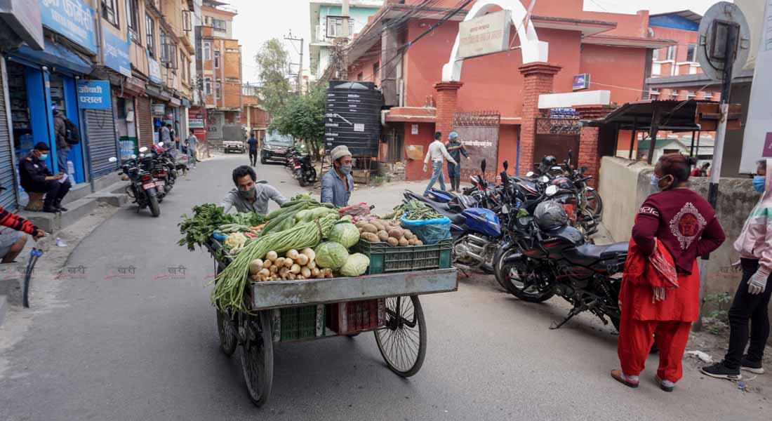 काठमाडौंको टेकु क्षेत्रमा ठेलागाडामा तरकारी बेच्न हिँडेका एक व्यापारी । तस्बिर : सुनील प्रधान/बाह्रखरी