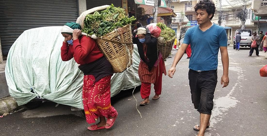 लकडाउनकाबीच भक्तपुरबाट आफैंले उत्पादन गरेको तरकारी बेच्न काठमाडौंको शान्तिनगर पुगेका महिला । तस्बिर : हरिशजंग क्षेत्री