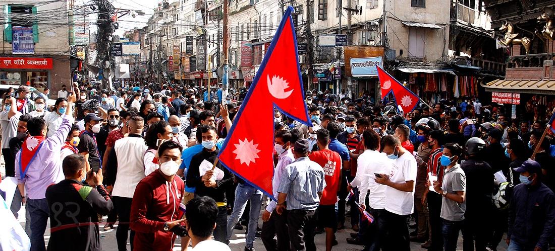 कोरोना संक्रमण बढिरहेका बेला काठमाडौंको असनस्थित इन्द्रचोकमा प्रधानमन्त्रीको समर्थनमा देखिएको भीड । तस्बिर : हरिशजंग क्षेत्री