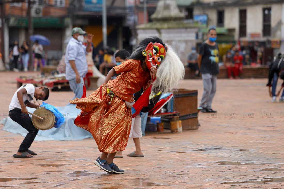 किर्तिपुरबाट आएका लाखे काठमाडौंको बसन्तपुरमा नाच्दै । तस्बिरः सुनील प्रधान