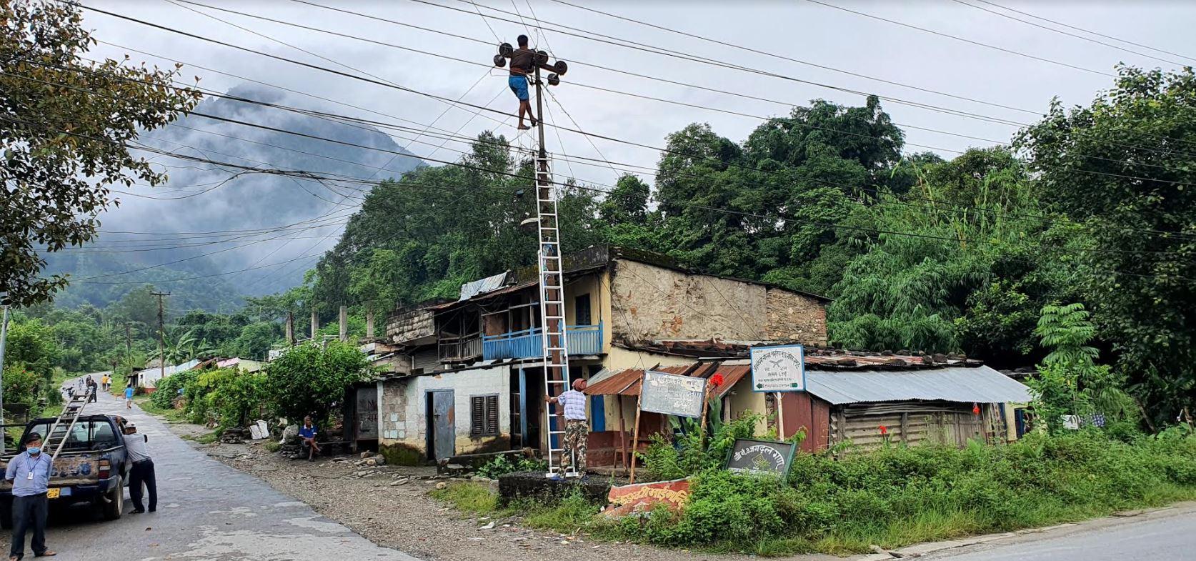 तनहुँको आँँबुखैरेनी-३ मिलनचोकमाा मंगलवार बिहान नाममात्रको सुरक्षा अपनाएर बिजुलीको लाइन मर्मत गर्दै नेपाल विद्युत् प्राधिकरणका प्राविधिक । तस्बिर : बाह्रखरी