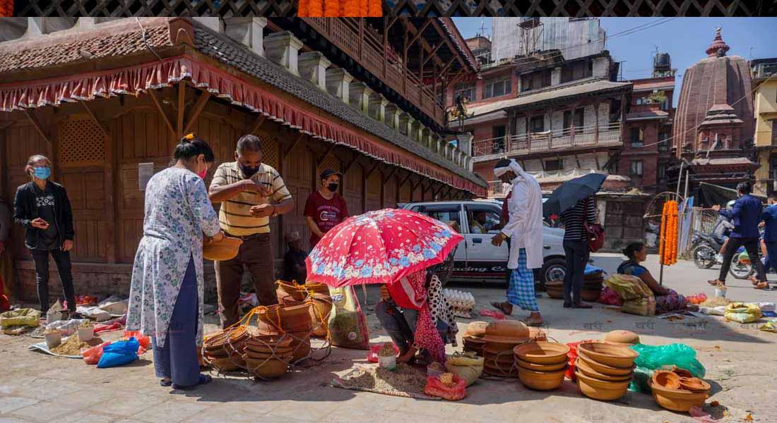 घटस्थापनामा जमरा रोप्नका लागि काठमाडौंको मरु टोलमा सामग्रीहरु बेच्दै व्यापारी । तस्बिरः सुनिल प्रधान