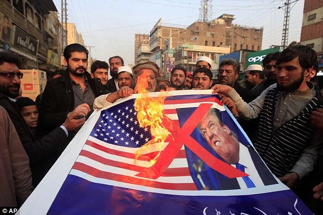 ट्रम्पको विरोधमा पाकिस्तानमा अमेरिकी झण्डा जलाइयो !