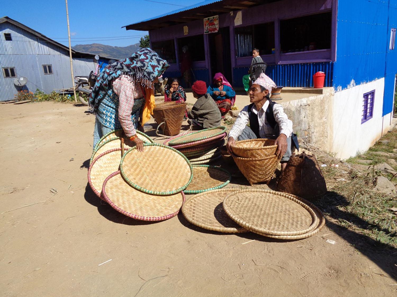 आमचोकको नवमी बजारमा बिक्रीका लागि राखिएको नाङ्लो । तस्बिर : गोविन्द लामिछाने, इलाम, रासस
