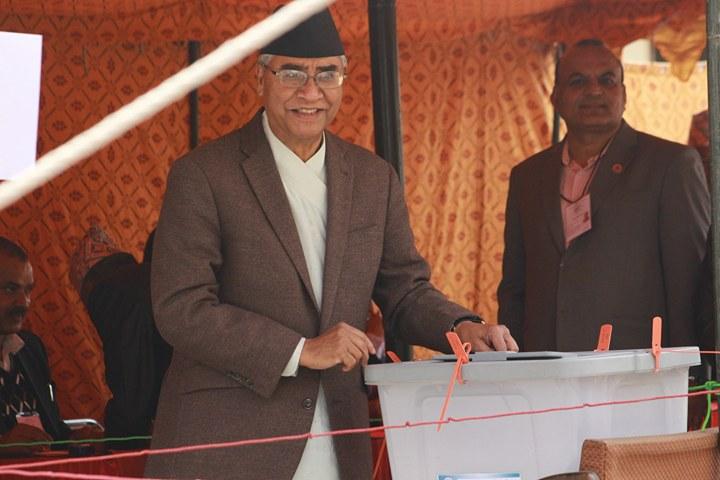 राष्ट्रपति चयनका लागि मतदान गर्दै कांग्रेस सभापति शेरबहादुर देउवा । कांग्रेसले कुमारी लक्ष्मी रार्इलार्इ राष्ट्रपतिकाे उमेदवार बनाएकाे छ । तस्बिर : सरिता खड्का