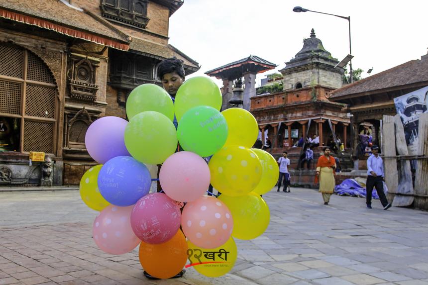 काठमाडौँको बसन्तपुरमा बेलुन बेच्न बसेका सर्लाहीका १२ वर्षका लाल दास । घरको आर्थिक अवस्था कमजोर भएको कारण उनि काठमाडौँमा दैनिक बेलुन बेचेर २०० देखि ३०० रुपैयाँ आम्दानी गर्ने गर्छन् । तस्बिरः सरिता खड्का