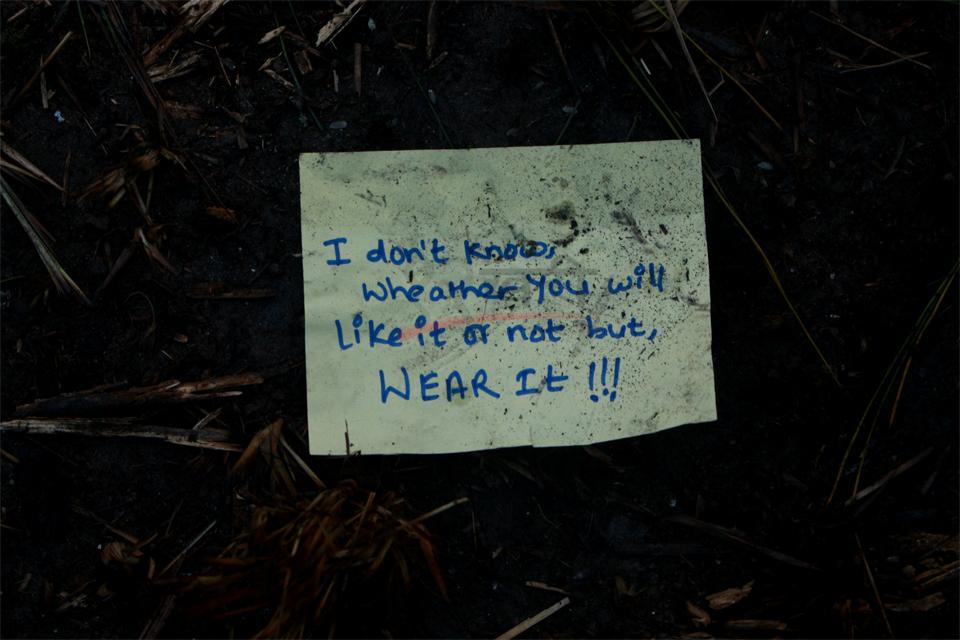 सोमबार यूएस बंगलाको विमान दुर्घटनास्थलमा फेला परेको सन्देश । सन्देशमा भनिएको छ– तिमीलाई यो मन परोस् वा नपरोस्, तर तिमीले अवश्य लगाउनेछौ ।' दुर्घटनामा ४९ यात्रुको मृत्यु भएको छ । तस्बिर : सरिता खड्का