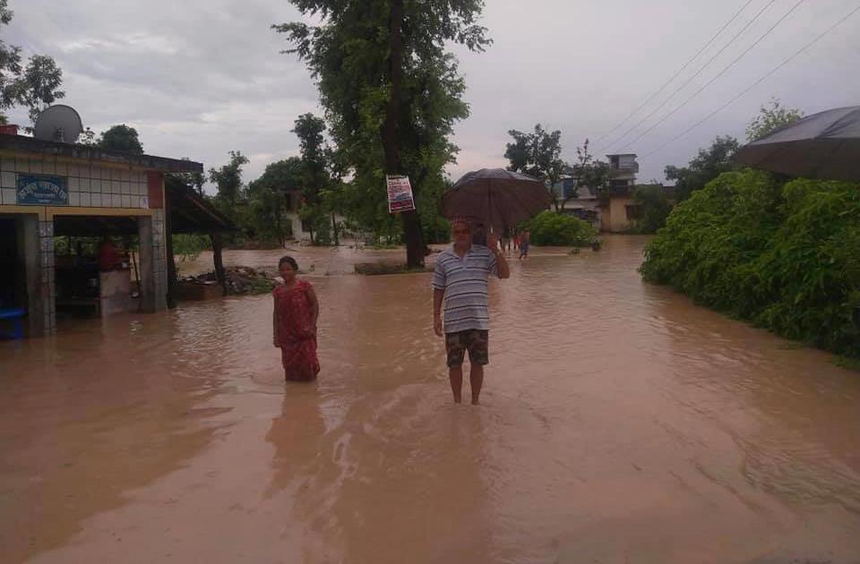 वर्षाले कञ्चनपुरको जनजीवन प्रभावित, महाकालीमा पानीको बहाव बढेपछि नेपाल–भारत आवागमन ठप्प