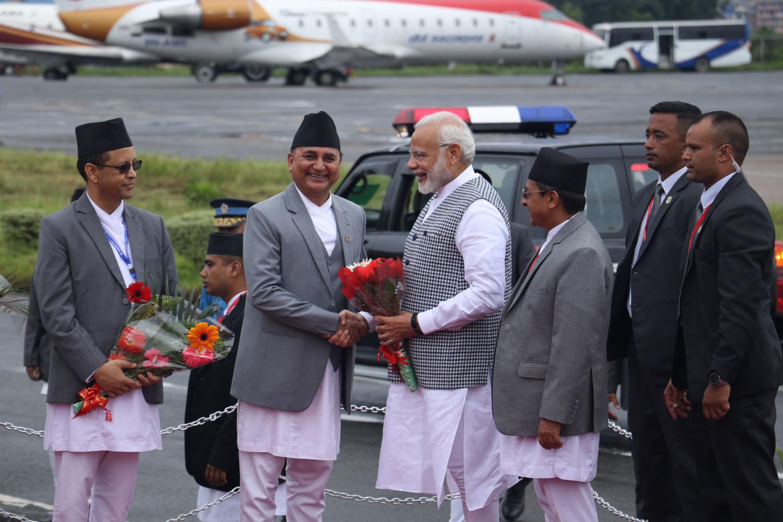 बिम्स्टेकको चौथो शिखर सम्मेलनमा भाग लिन काठमाडौँ आएका भारतका प्रधानमन्त्री नरेन्द्र मोदीलाई बिहीबार बिहान त्रिभुवन अन्तर्राष्ट्रिय विमानस्थलमा स्वागत गर्दै उपप्रधानमन्त्री एवं रक्षामन्त्री ईश्वर पोखरेल ।