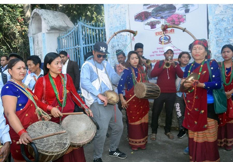 फेवा वातावरण तथा लोक संस्कृति संरक्षण समितिमार्फत नौमती बाजा बजाउन सक्रिय महिलाहरु पोखरामा आयोजित एक कार्यक्रममा पुरुषहरुसँगसँगै बाजा बजाउँदै । तस्बिर : रासस