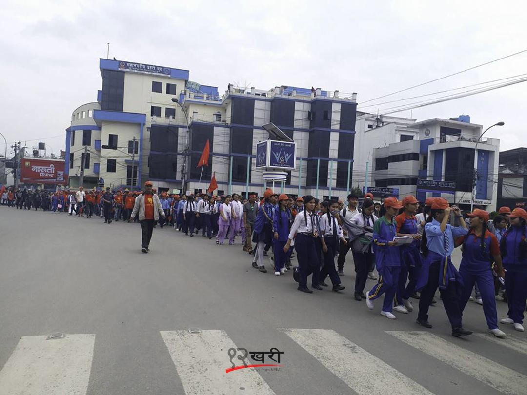 काठमाडौँको दरबारमार्गमा नेकपा माओवादी विप्लवद्वारा आयोजित र्यालीमा सहभागी विद्यार्थी ।
