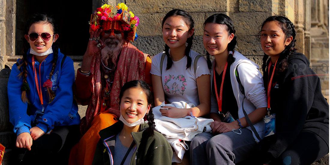 'नेपाल भ्रमण वर्ष २०२०' का अवसरमा दक्षिण कोरियाबाट आएका पर्यटक साधु–सन्तसँग तस्बिर खिचाउँदै । तस्बिर : हरिशजंग क्षेत्री
