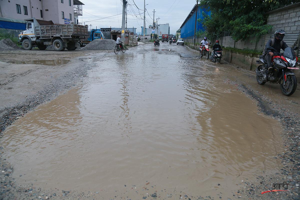 काठमाडौंको गौरीघाटस्थित बागमती करिडोरमा जमेको पानी । तस्बिरः सरिता खड्का