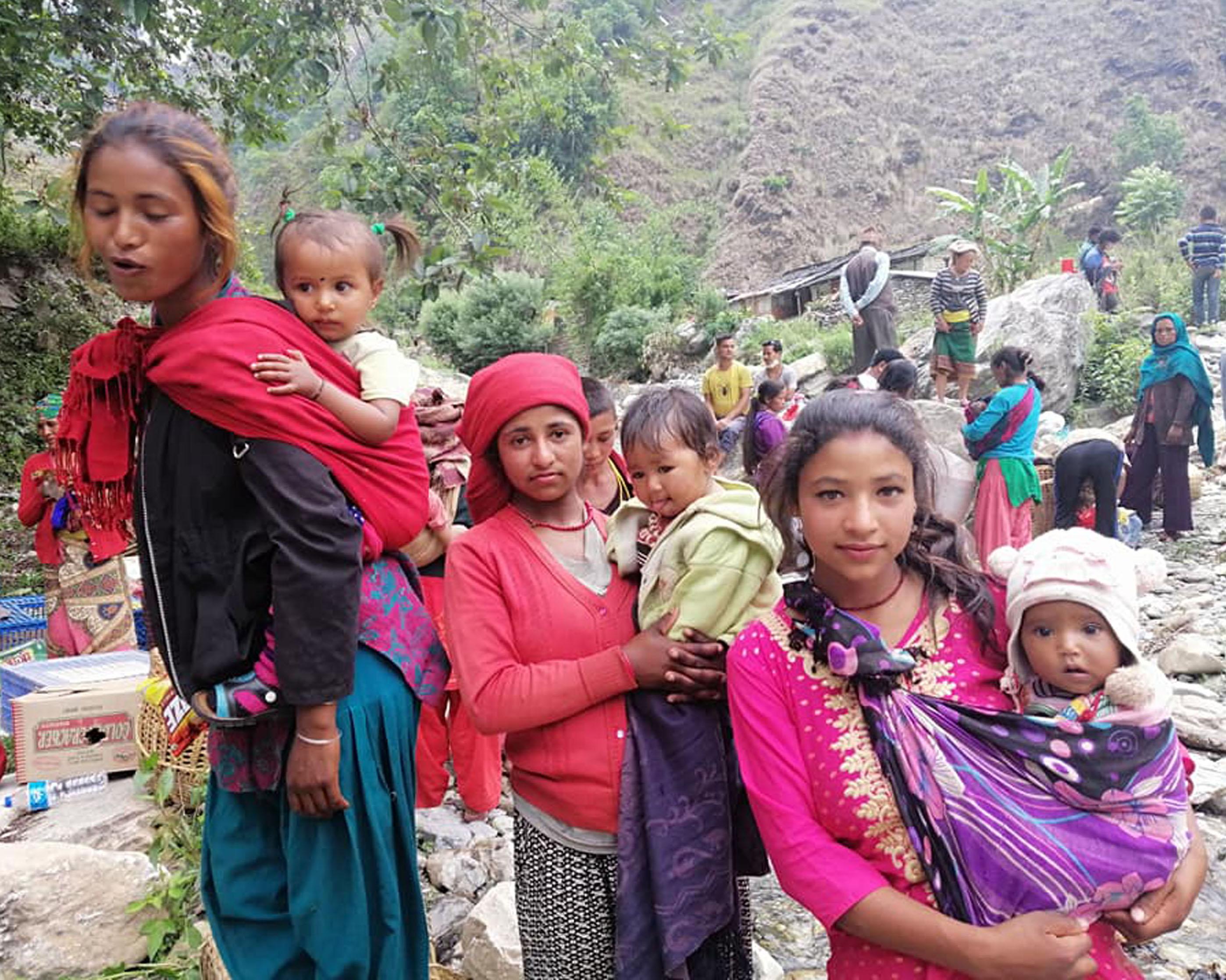 धौलागिरि गाउँपालिकाका कलिलै उमेरमा आमा बनेका स्थानीय  किशोरी । तस्बिरः रासस