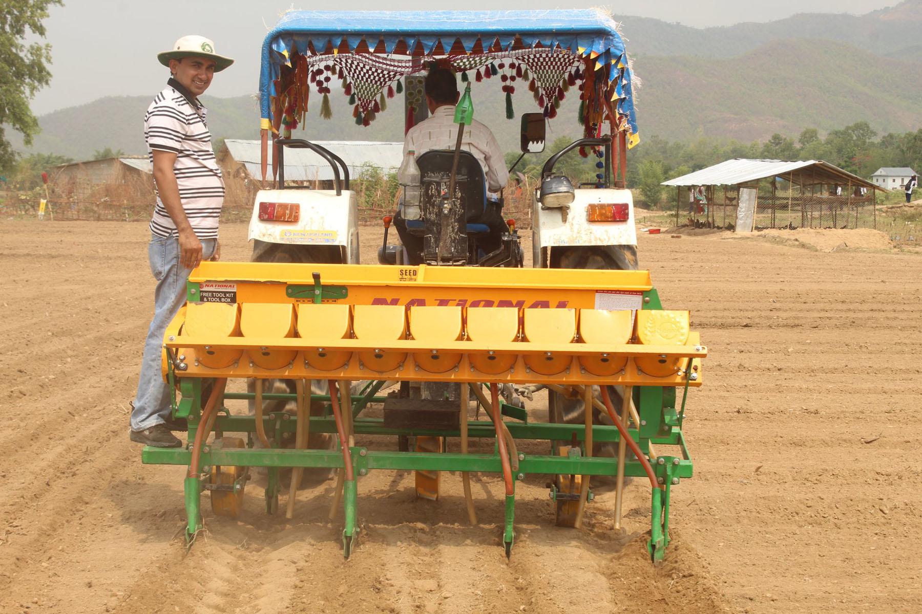 प्रधानमन्त्री कृषि आधुनिकीकरण परियोजना (मकै सुपरजोन) अन्तर्गत दाङको राप्ती गाउँपालिका– ४ मौरीघाटका किसान यन्त्रबाट मकै रोप्दै । तस्बिरः दीपक बोहरा, रासस