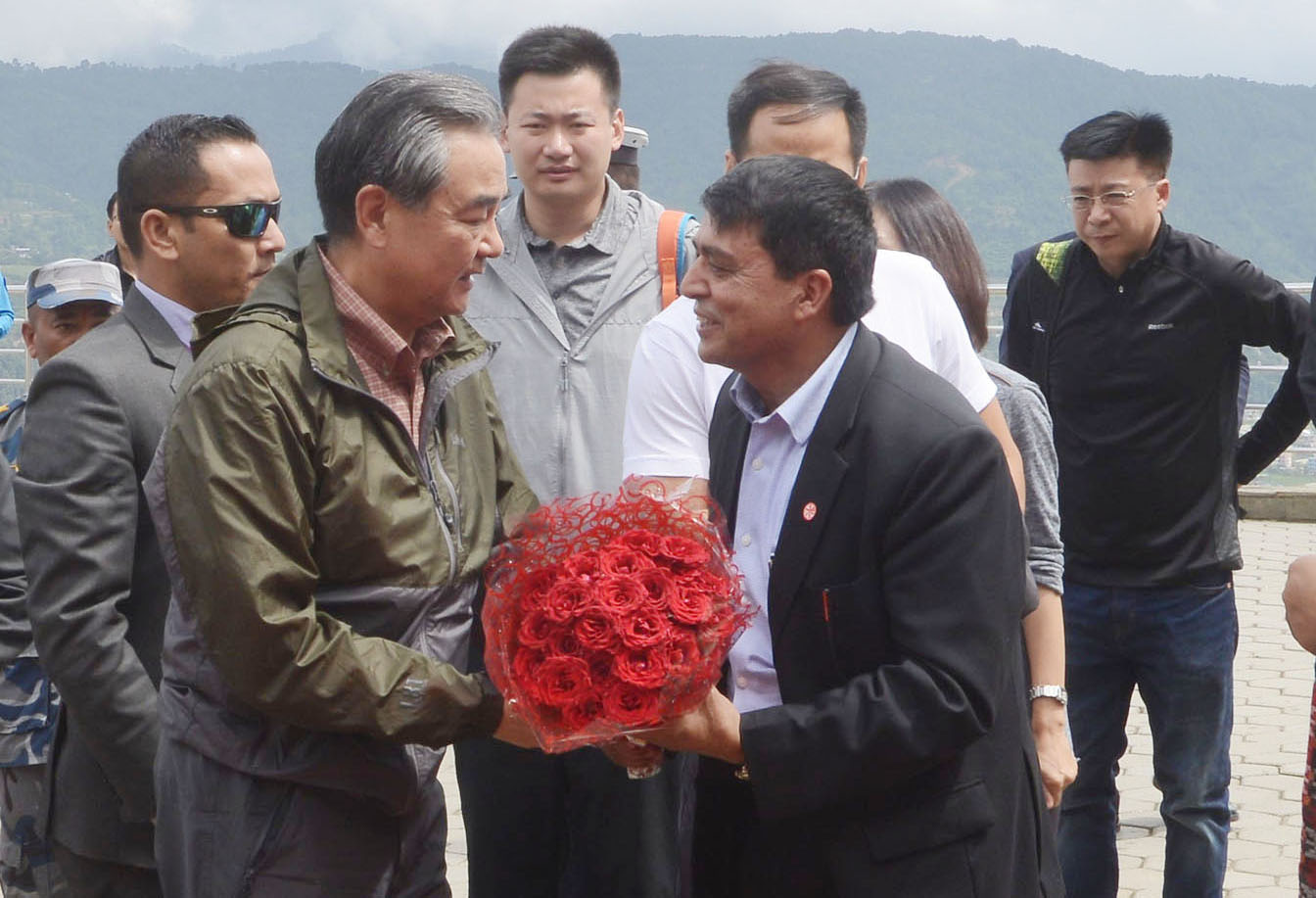 नेपाल भ्रमणमा रहेका चिनियाँ विदेशमन्त्री वाङ यीलाई चन्द्रागिरिमा स्वागत गर्दै चन्द्रागिरि हिल्स लिमिटेडका अध्यक्ष चन्द्रप्रसाद ढकाल । तस्बिरः रासस