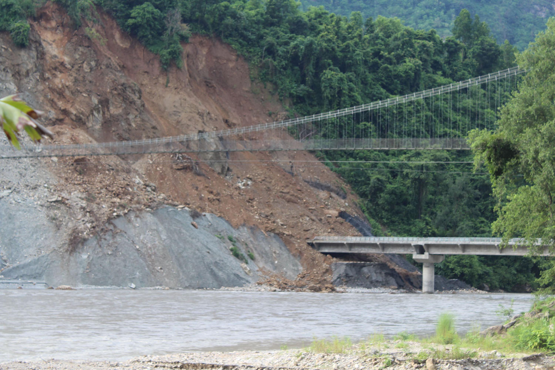 पाल्पाको तानसेन नगरपालिकास्थित रानीमल नजिकै रहेको पाल्पा र स्याङ्जा जोड्ने पुलमा पहिरो ।  पुलबाट आवतजावत गर्ने  पाल्पाबाट  स्याङ्जा स्याङ्जाबाट पाल्पा जाने स्थानीयलाई समस्या परेको छ ।  तस्वीरः कृष्ण दर्नाल