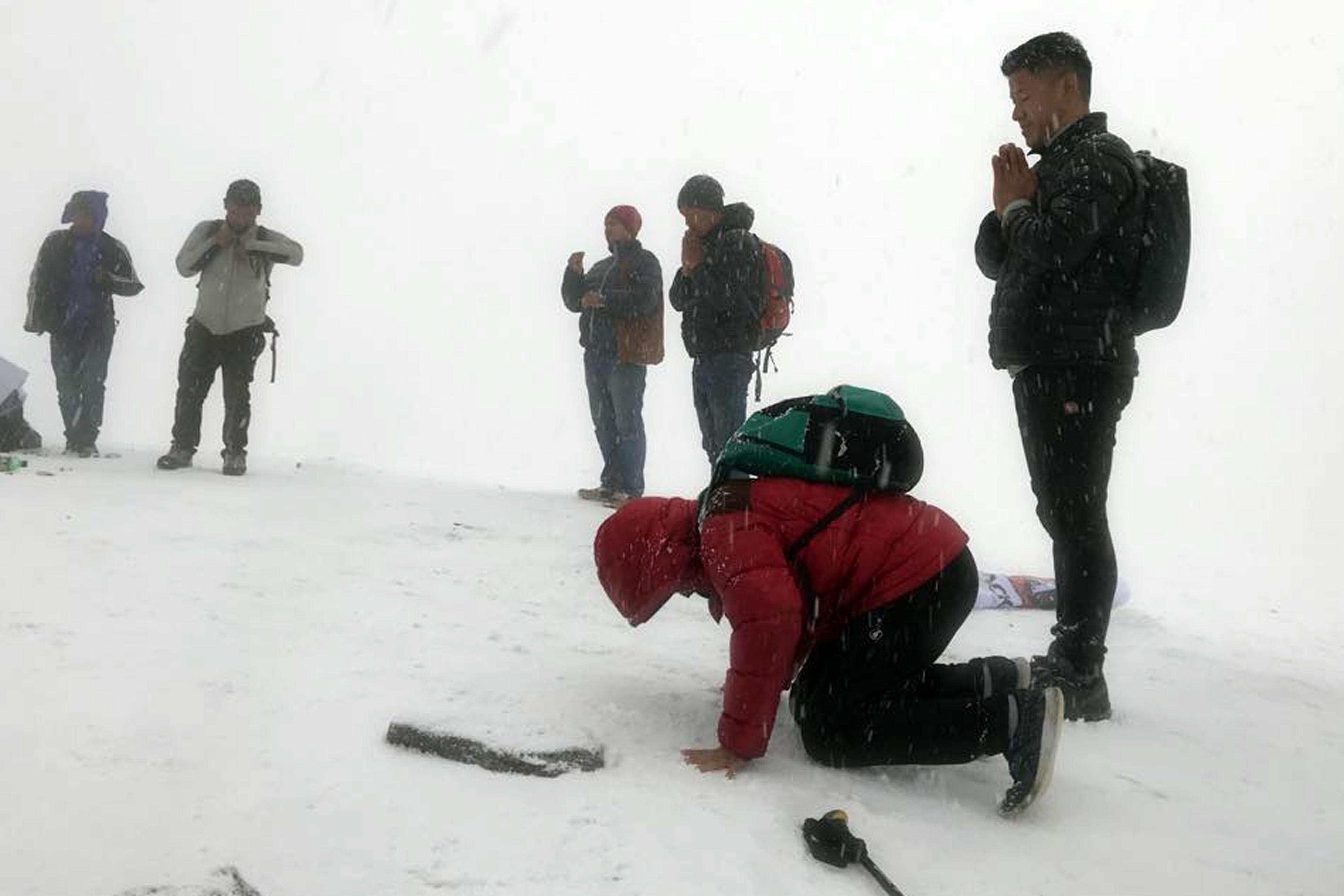 ४ हजार ७० मिटर उचाइमा रहेको सोलुखुम्वुको पिके हिलमा आयोजित हाफ म्याराथनका सहभागी म्याराथन सुरु गर्नुअघि । हिमपातका बीच २१ किमीको म्याराथन ओखलढुङ्गाको खिजीमा सम्पन्न भएको छ । तस्बिरः रासस