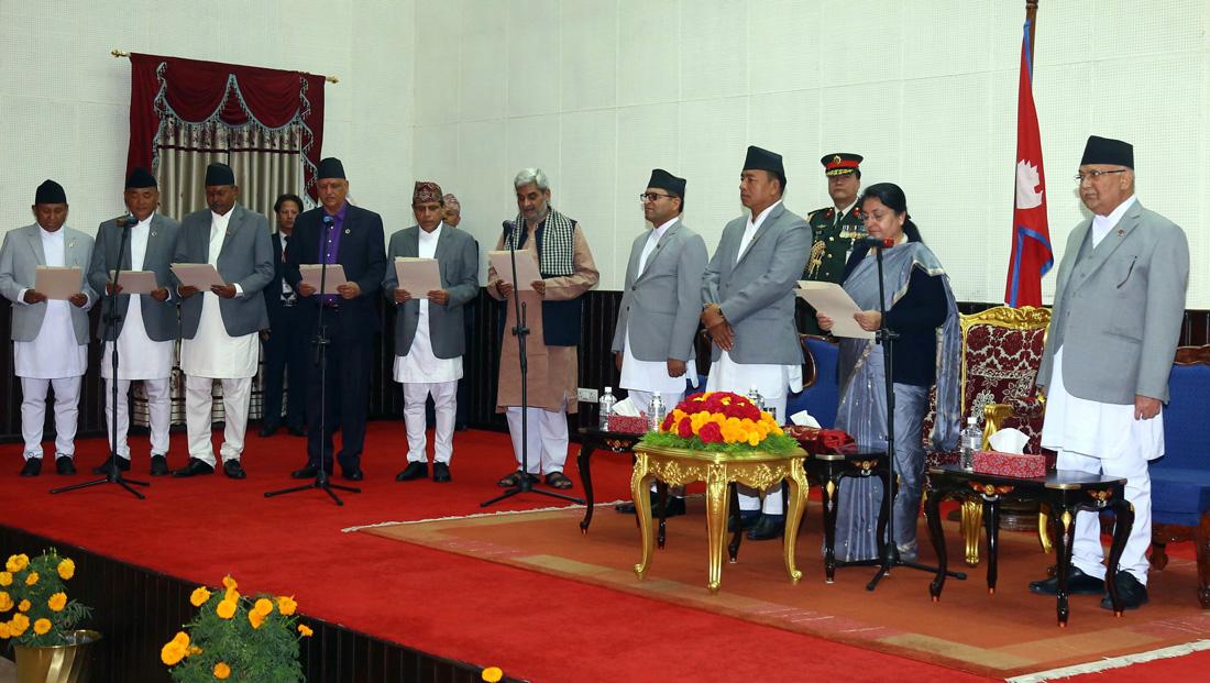 प्रधानमन्त्री केपी शर्मा ओली राष्ट्रपति भवन शीतलनिवासमा बिहीबार आयोजित समारोहमा नवनियुक्त राज्यमन्त्रीहरुलाई पद तथा गोपनीयताको शपथ गराउँदै । तस्बिरः रासस