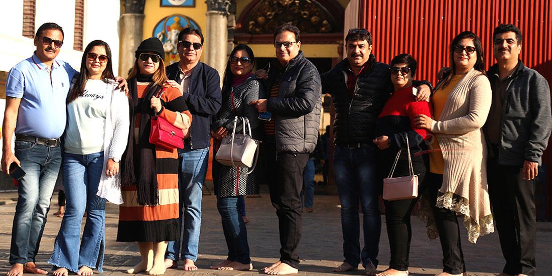 'नेपाल भ्रमण वर्ष २०२०' का अवसरमा नेपाल आएका भारतीय पर्यटक पशुपति परिसर क्षेत्रमा । तस्बिर : हरिशजंग क्षेत्री