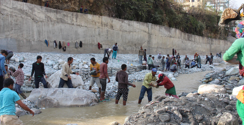 म्याग्दीे सदरमुकाम बेनी बजार संरक्षणका लागि कालीगण्डकी नदी किनारमा पर्खाल निर्माण गर्दै स्थानीय । तस्बिरः कमल खत्री, रासस