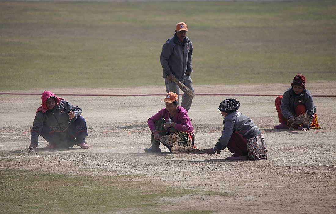 कीर्तिपुरको क्रिकेट मैदानमा आईसीसी विश्वकप लिग २ एकदिवसीय त्रिकोणात्मक सिरिजको अन्तिम खेलपछि मैदान सफाइमा व्यस्त कर्मचारी । तस्बिर : सुनील प्रधान