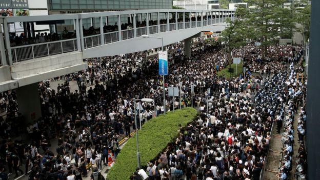 आउन लागेको नयाँ कानुनविरुद्ध हङकङको सडकमा हजारौंको प्रदर्शन