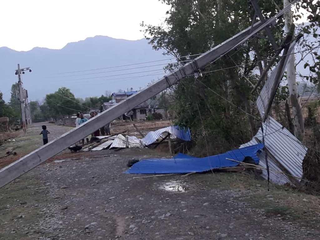 कैलाली–कञ्चनपुर आँधीबेहरीः बिजुली अझै अवरुद्ध, प्रहरी चौकीसहित सयौं घरमा क्षति